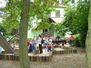 Im Sommer Ist Besonders Der Bach Im Angrenzenden Park Gefragt Bei Alt Und  Jung. Sei Es Zum Dämme Bauen Oder Auch Nur Zum Planschen Und Matschen.